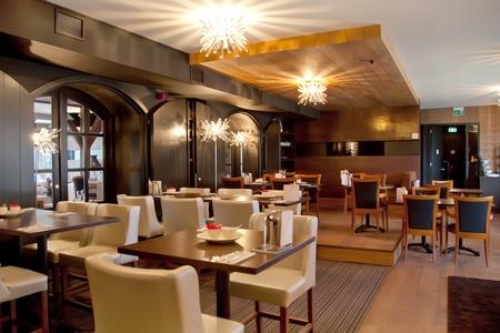cafe bar: interieur van modern restaurant in klassieke stijl