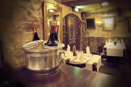 오래 된 카페의 내부에 와인 병 스톡 콘텐츠