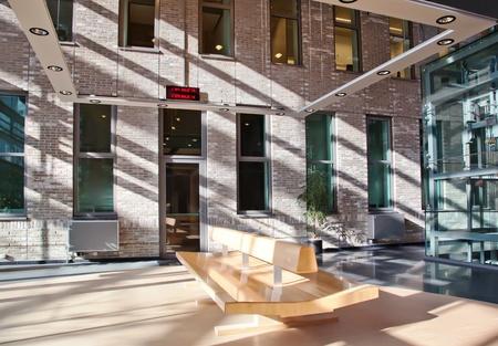 vestibulos: interior de la sala de espera en el edificio administrativo Foto de archivo
