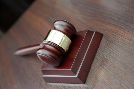 zeugnis: Richter Hammer auf Holztisch Lizenzfreie Bilder