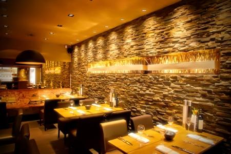 interieur van cafe met stijlvolle stenen muur