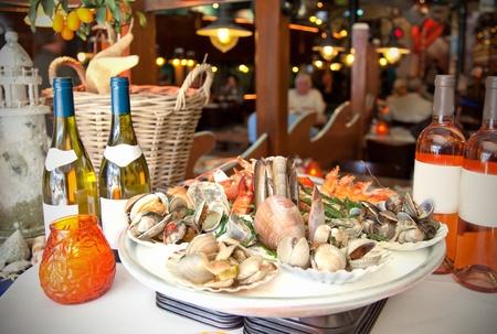 restaurante italiano: interior con placa y vino en el restaurante de mariscos