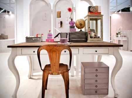 경향: 작업 테이블 거실의 세부