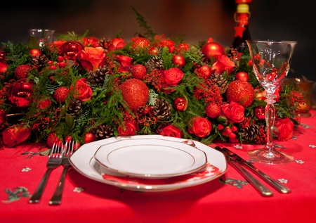 christmas catering: flower decoration on table in typical christmas colors