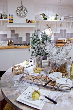 land winkel met keuken goederen en kerstversiering