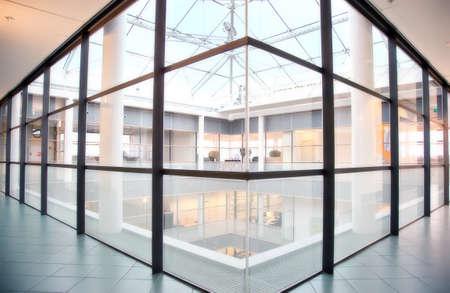 edificio corporativo: vidrio en el piso en el interior del edificio corporativo