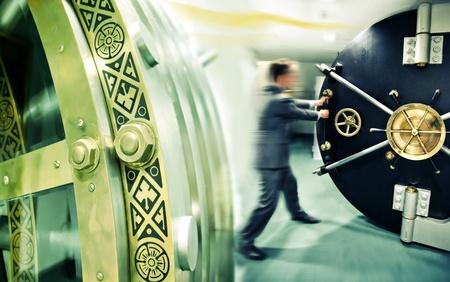 Bankier öffnet Tresortür Standard-Bild - 12852688