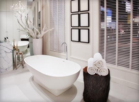 piastrelle bagno: interno del bagno bianco vuoto Archivio Fotografico