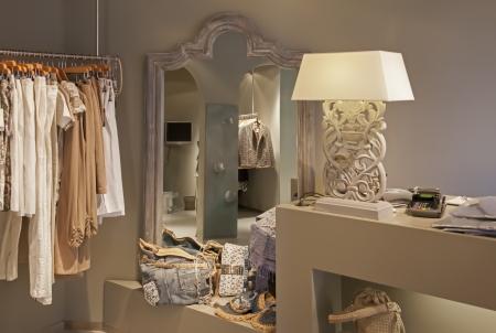 tienda de ropa: detalle de la tienda de moda con la ropa Foto de archivo