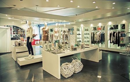 kledingwinkel: algemene mening van de moderne winkel Stockfoto