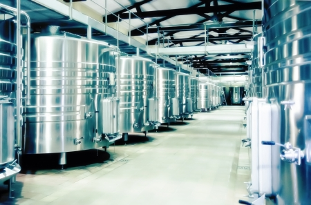 destilacion: bodega espacio en la fábrica de destilación de vino