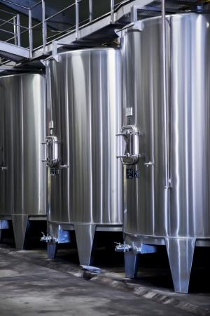 destilacion: bodega espacio en la fábrica de destilación de vino moderno