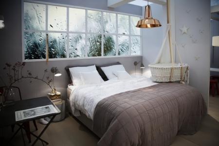 hospedaje: interior del sitio de la cama con la cesta de ni�o Foto de archivo