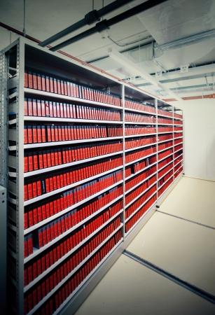 gestion documental: archivo moderno subterráneo con materiales de video Foto de archivo