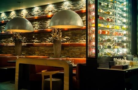 Innere des Abends Restaurant mit dekorativen Lampen Standard-Bild - 18294480