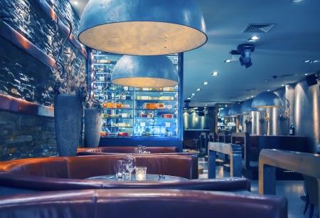 brasserie restaurant: int�rieur du restaurant le soir avec des lampes d�coratives