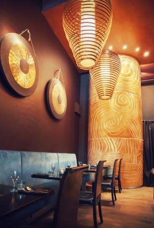 Interieur des Restaurants mit dekorativen Lampen