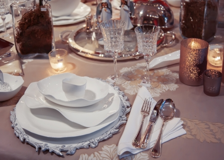 restaurant setting: dinner table arrangement