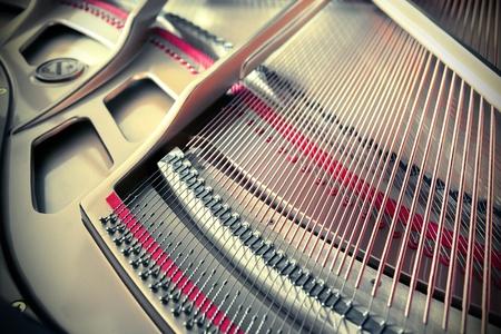 piano de cola: detalle de cuerdas del piano en el interior Foto de archivo
