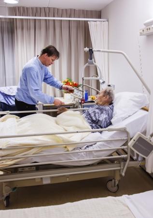 visitador medico: los visitantes de la sala de recuperación en el hospital