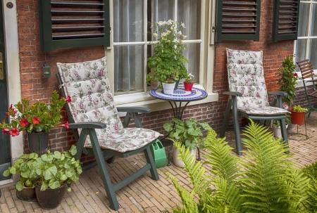 Haus Terrasse mit Tisch und Stühlen Standard-Bild - 20382002