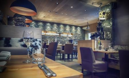 Innere des Caf? mit stilvollen Steinmauer