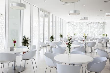 흰색 여름 레스토랑의 인테리어
