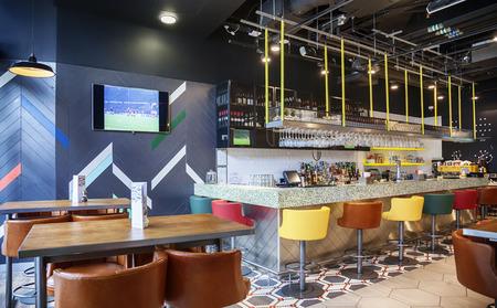 Bar des Restaurants im zeitgenössischen Stil Lizenzfreie Bilder