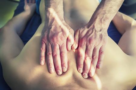 homme massage: Thérapie par l'acupuncture et massage des mains