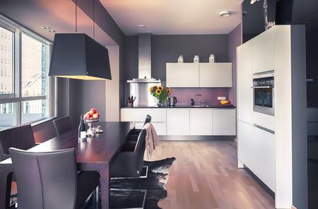 iluminacion: interior de la moderna sala de estar y cocina parte Foto de archivo