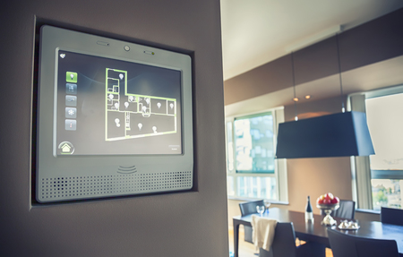trabajando en casa: panel de ordenador personal para el manejo de la luz en casa y un aparato Foto de archivo