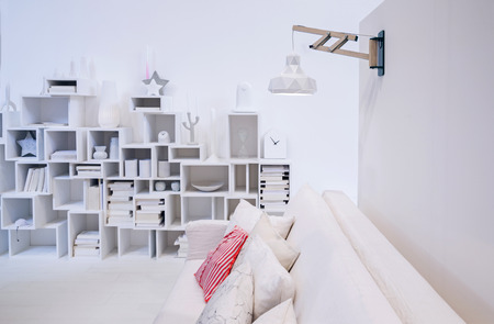 decorative wall in white interior of living room Standard-Bild