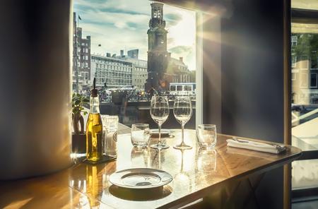 夜のアムステルダム高級レストランからを表示します。