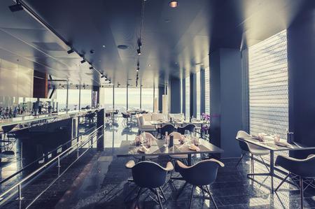 decoracion mesas: interior del restaurante contemporáneo de Viena sobre el piso 57 Foto de archivo