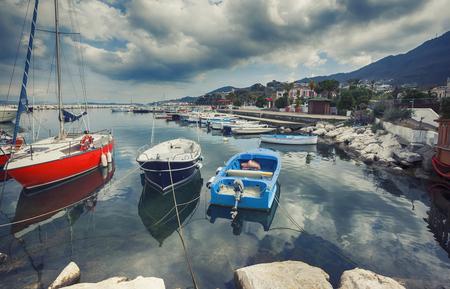 paisaje mediterraneo: barcos en el puerto de Lacco Ameno, isla de Ischia en Italia Foto de archivo