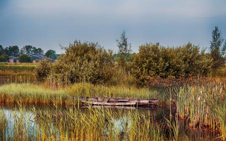 turismo ecologico: puesta de sol en el río en el antiguo pueblo holandés Foto de archivo