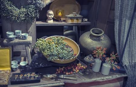 voorwerpen in brokante winkel voor huisdecoratie