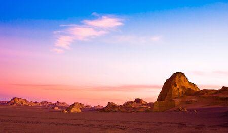 Schöner Sonnenuntergang von sandigen Hügeln in der Wüste