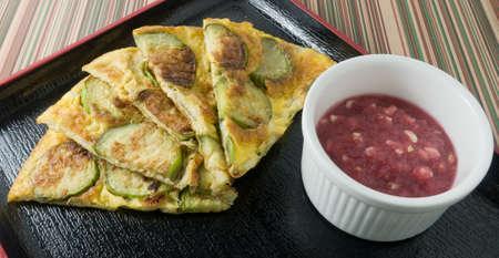 berenjena: Thai Cuisine y la Alimentación, Verde berenjena Tortilla servido con picante Dip Camarón Pega en una bandeja Negro.