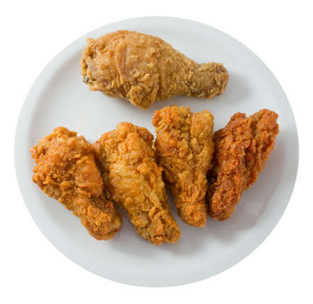 pollo frito: Cocina y Alimentación, Vista superior de una placa de crujientes Alas de pollo frito aislado en un fondo blanco. Foto de archivo