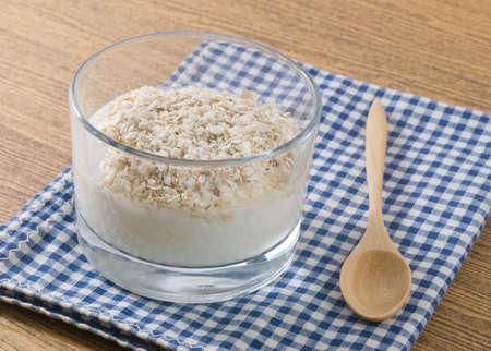 yaourt: Coupe du verre de maison Yaourt Topping avec Porridge Oats, nutritionnellement riche en protéines, calcium, riboflavine, vitamine B6 et la vitamine B12.
