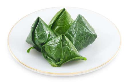 chiles secos: Bocado tailand�s tradicional y postre, Miang Kum o dulce y picante P�talo hoja Wrap Lleno de coco, man�, camarones secos, Chiles y cal aislada en el fondo blanco.