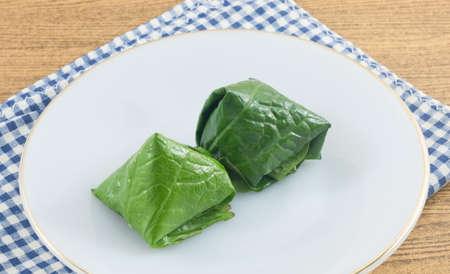 chiles secos: Bocado tailandés tradicional y postre, delicioso Miang Kum o dulce y picante hoja de betel Wrap Lleno de coco, maní, camarones secos y Chiles con salsa de lima.