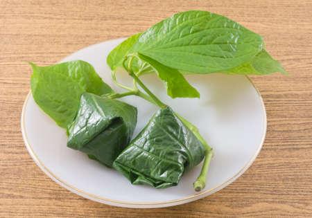 chiles secos: Bocado tailand�s tradicional y postre, plato de Miang Kum o dulce y picante hoja de betel Wrap Lleno de coco, man�, camarones secos, Chiles y cal. Foto de archivo