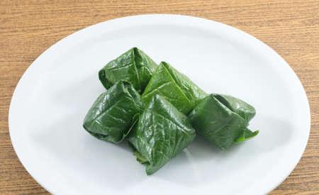 chiles secos: Thai Snack tradicional y postre, placa de Miang Kum o Dulce y Picante Betel Leaf Wrap Lleno de coco, man�, camarones secos, Chiles y cal. Foto de archivo