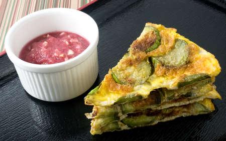 berenjena: Cocina tailandesa y la Alimentación, verde berenjena Tortilla picante Servido con Dip pasta de camarones en una bandeja Negro.
