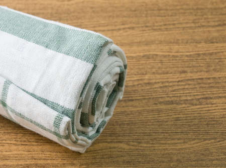 servilleta de papel: Utensilios de cocina, blanco y verde de la servilleta, servilleta o una toalla de cocina en la mesa de madera con copia espacio para el texto decorado.