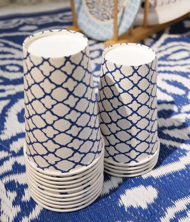 vaso de precipitado: Pila de Vacío para llevar desechables taza o vaso de papel para Servido bebida caliente o fría. Enfoque selectivo. Foto de archivo