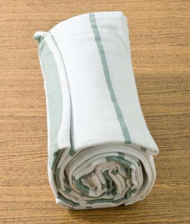 servilleta de papel: Utensilios de cocina, blanco y verde de la servilleta, servilleta o toalla de cocina en el vector de madera.