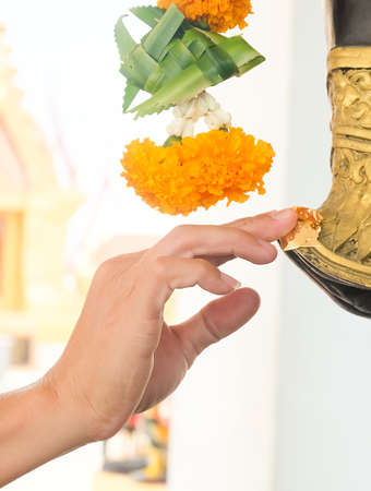 Hand Gilding Gold Leaf on The Statue. People Use to Worship, Pay Respect and Make Merit. Stok Fotoğraf
